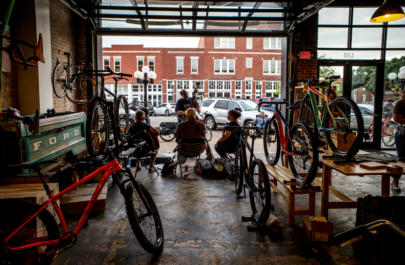 final friday art crawl at district bicycle